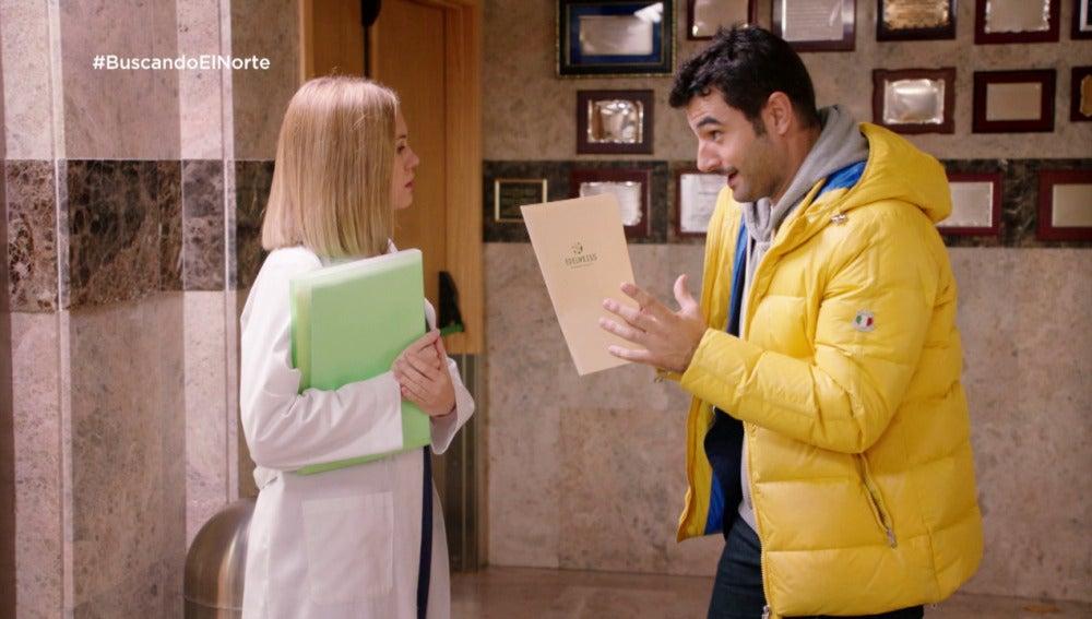 Alex llega tarde a su entrevista de trabajo y conoce a Ulrike, su nueva jefa
