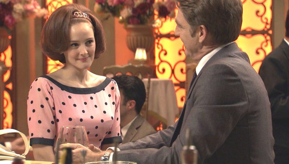 Loli le propone una cita a Víctor Reyes