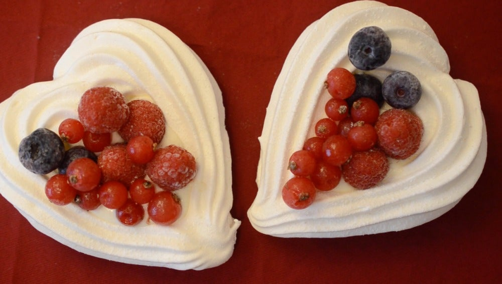 Corazones de merengue con frutos rojos, un postre ideal para San Valentín