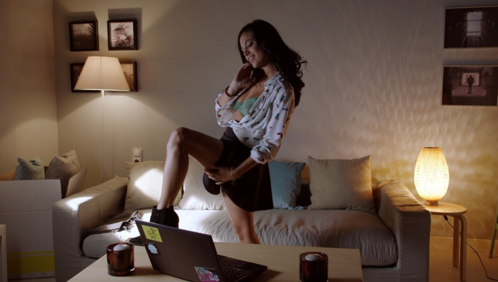 Álex y Manuela tienen cibersexo para combatir la distancia