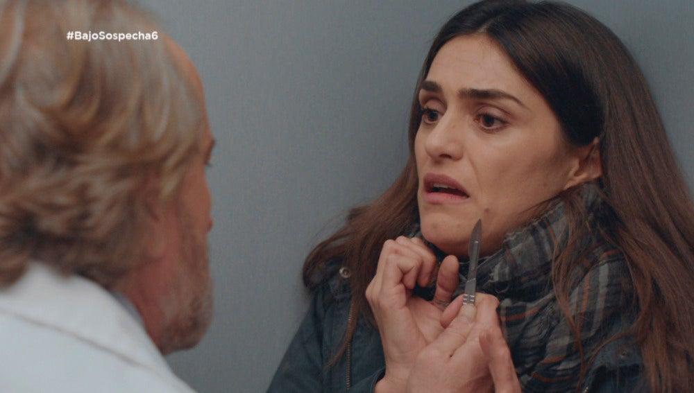 Miguel amenaza a Belén con un bisturí