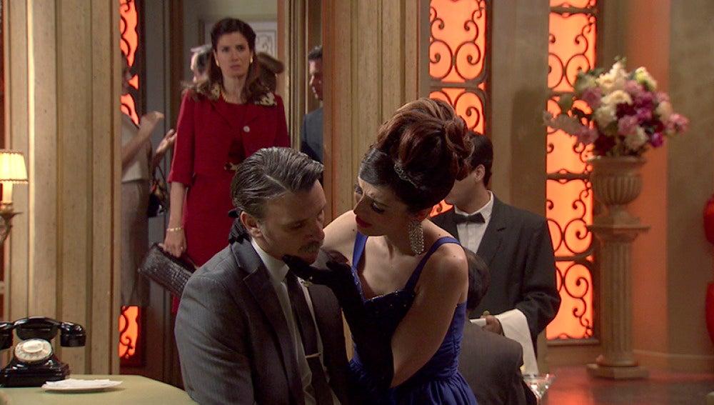 Adela va al Café Reyes y encuentra a Tomás con Rosa