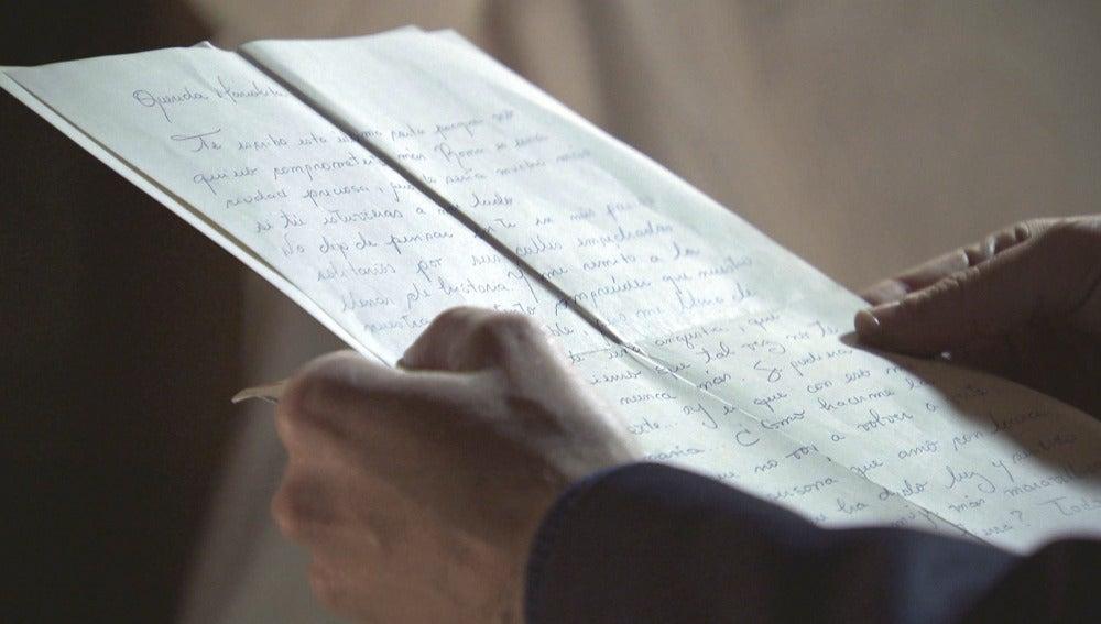 Marcelino lee la carta de amor de Ramón hacia su mujer