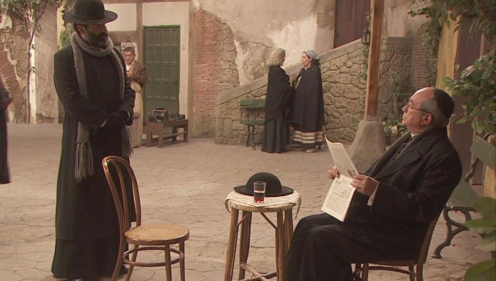 El obispo decide que los dos curas se quedarán en el pueblo