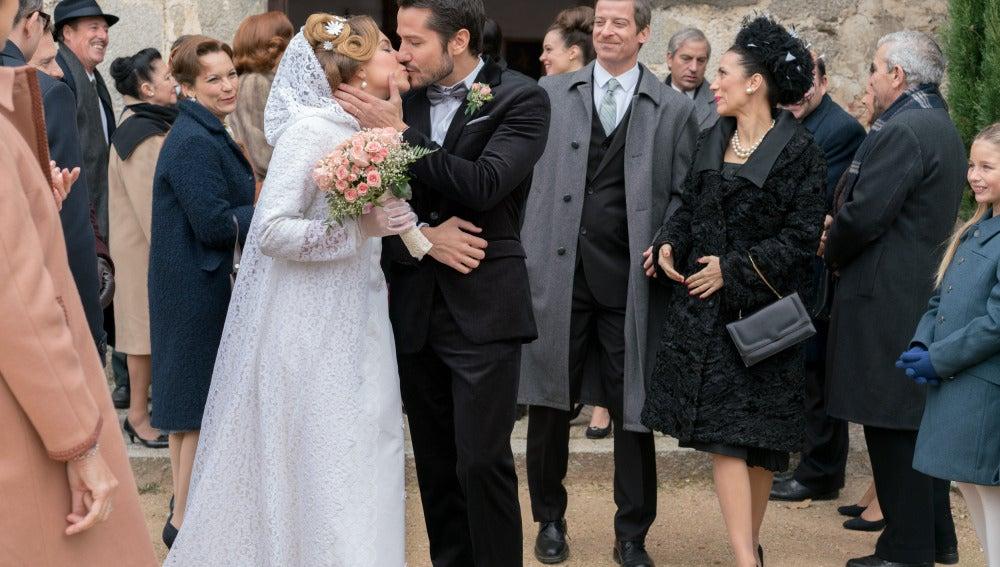 La pareja se besa ante los invitados