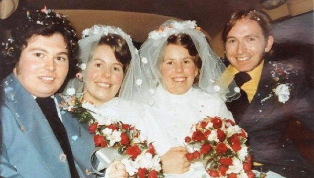 Dos gemelas que se casaron el mismo día  entierran juntas a sus maridos 43 años después