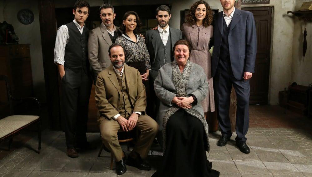 La familia Castañeda al completo junto a Raimundo