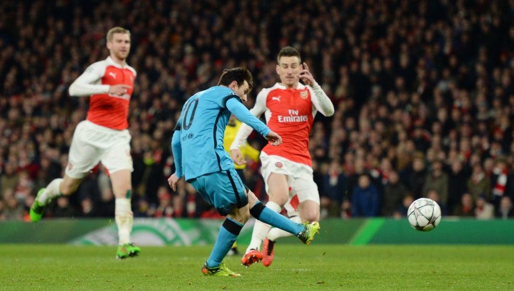 Leo Messi dispara para batir a Petr Cech