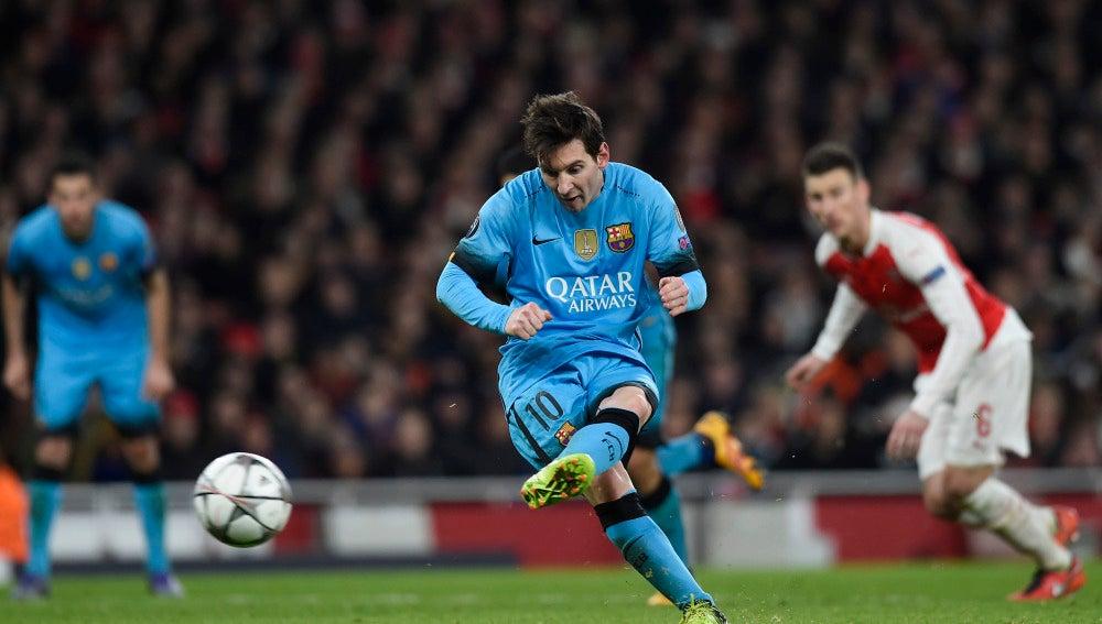 Leo Messi lanza el penalti en el Emirates