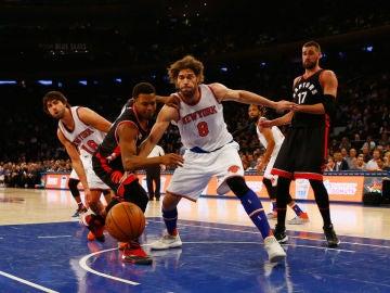 Kyle Lowry pelea por un balón ante los Knicks