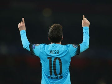 Leo Messi celebra un gol en el Emirates Stadium