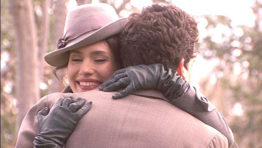 Camila llega a los Manantiales y se abraza a Elías