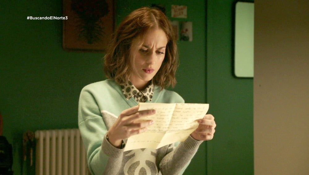 Adela lee las cartas que su padre le escribía de pequeña