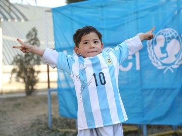 Murtaza posa con la camiseta dedicada por Messi
