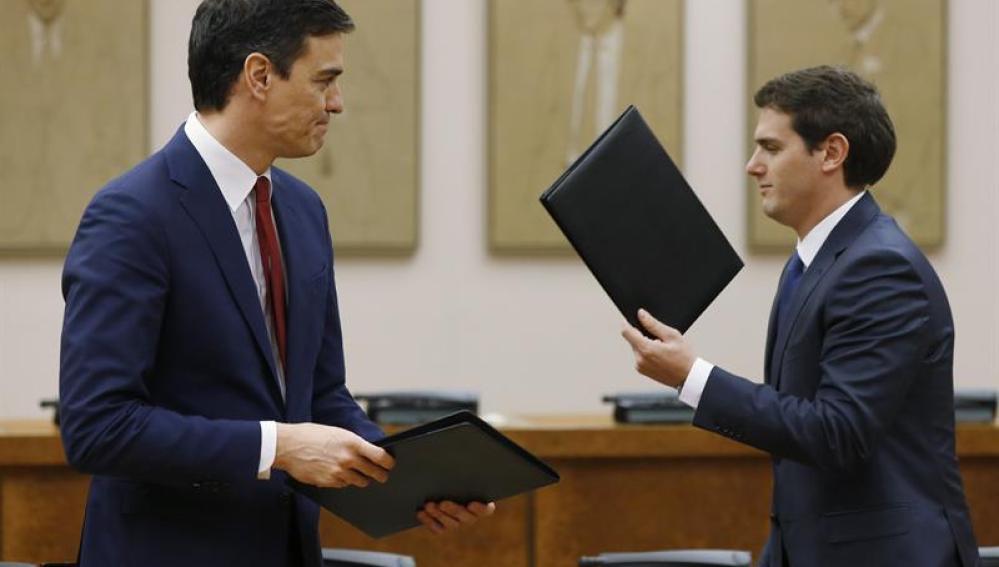 Pedro Sánchez y Albert Rivera, durante la firma del acuerdo de investidura y legislatura