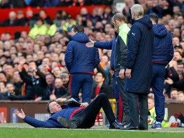 Louis Van Gaal se tira protestando al árbitro