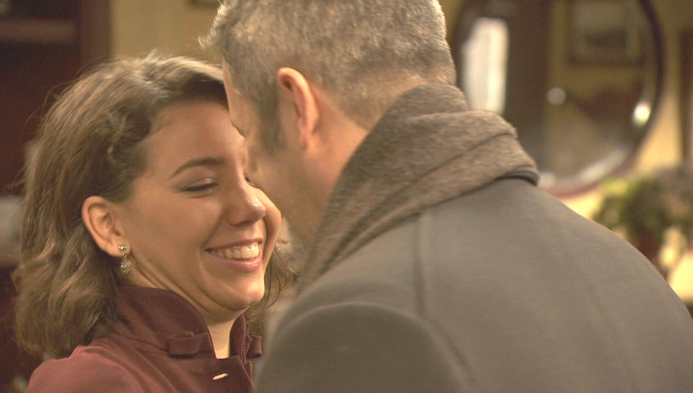 Alfonso convence a Emilia para irse a una escapada romántica