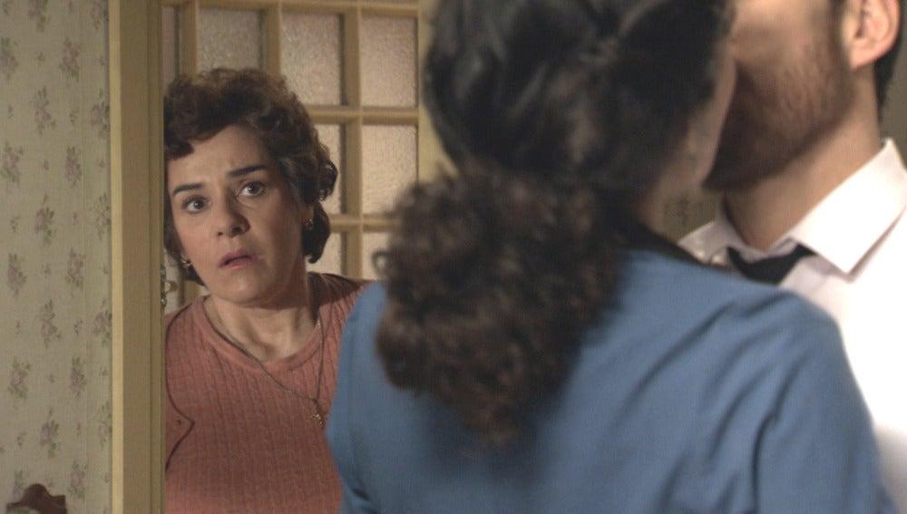 Benigna descubre a Toni y Pepa besándose