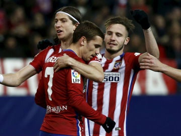 Filipe y Saúl celebran el gol de Griezmann