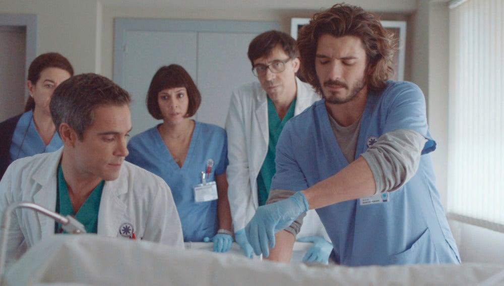 Víctor le salva la vida al comisario Casas