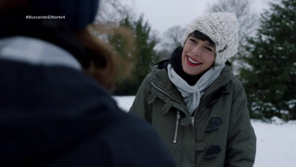 Carol convence a Adela a conocer chicos por una aplicación
