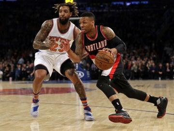 Damian Lillard entra a canasta ante la defensa de los Knicks