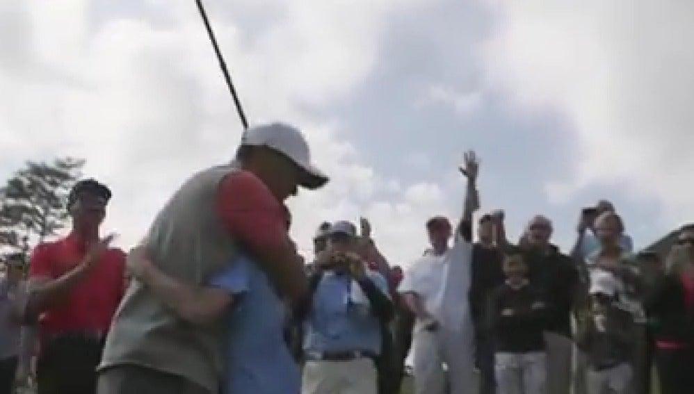 Tiger Woods abrazando al niño de 11 años que ejecuta un hoyo en uno