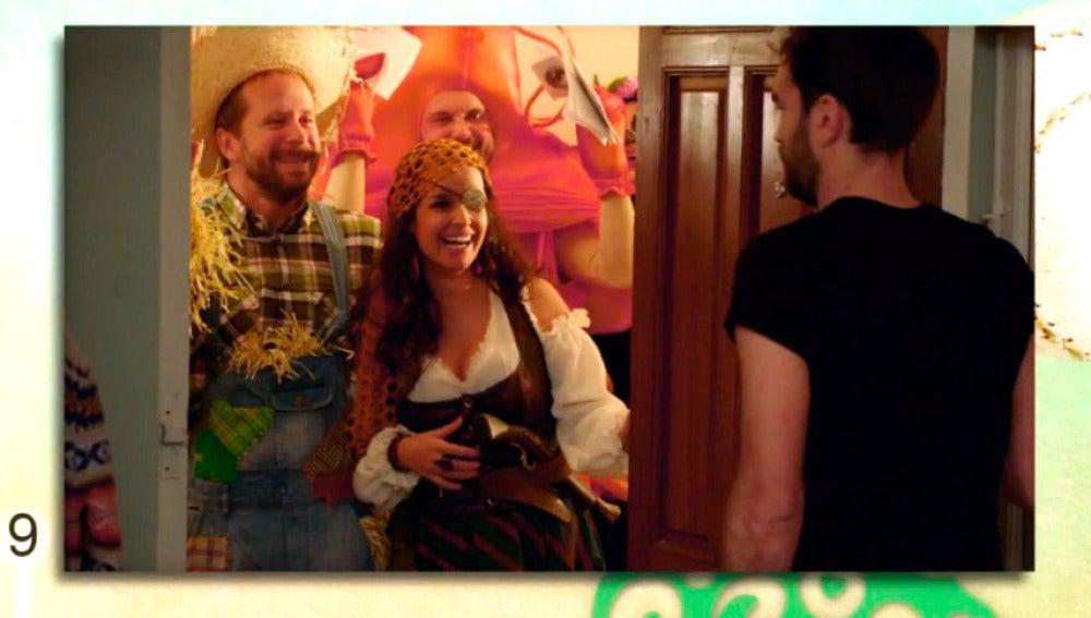 Koldo inaugura su piso de soltero en Sevilla con una fiesta de disfraces
