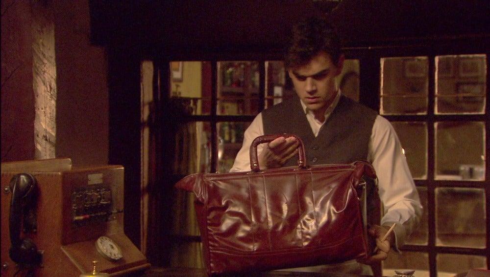 Matías descubre en la maleta de su abuelo placas para hacer falsificaciones