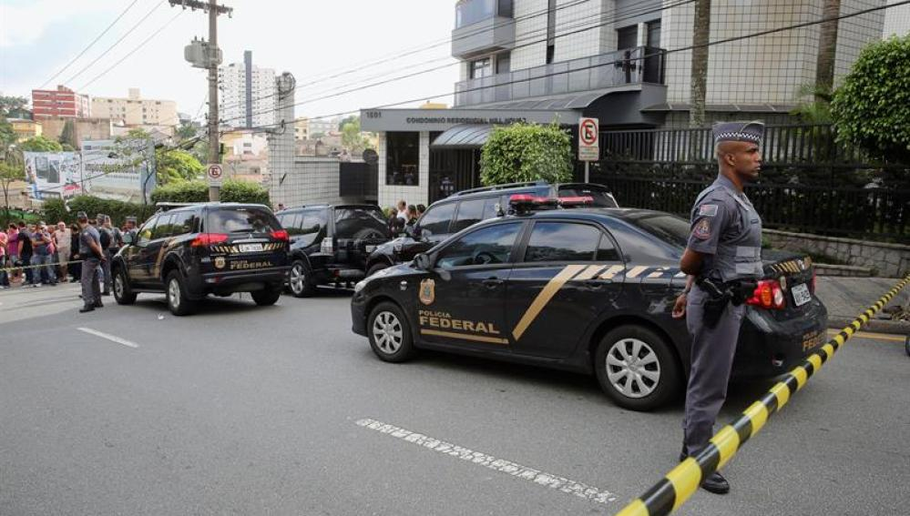 Agentes de Policía y curiosos ante la residencia de Lula da Silva
