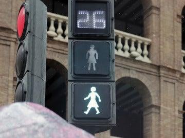 Silueta de una mujer con falda en los semáforos instalados en Valencia