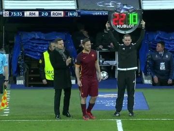 Francesco Totti entra al campo en el Real Madrid - Roma