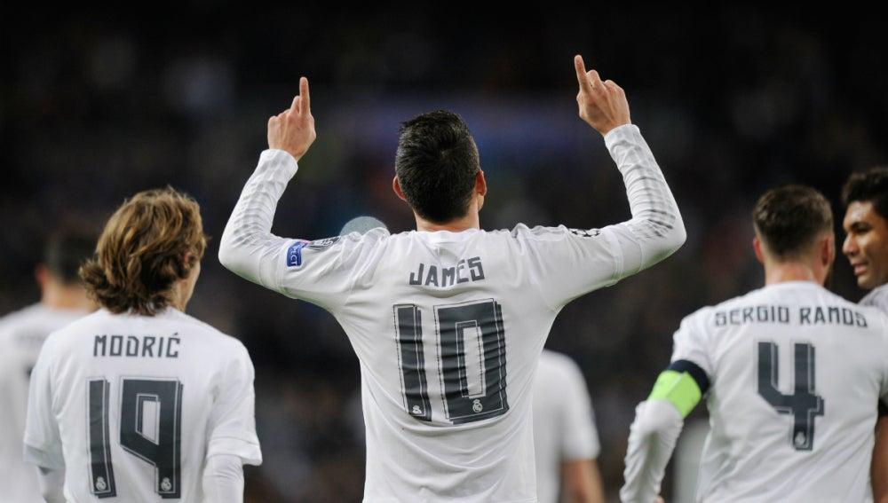 James celebra un gol en la Champions
