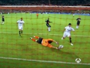 Casillas realiza una parada a Perotti durante un Sevilla - Real Madrid