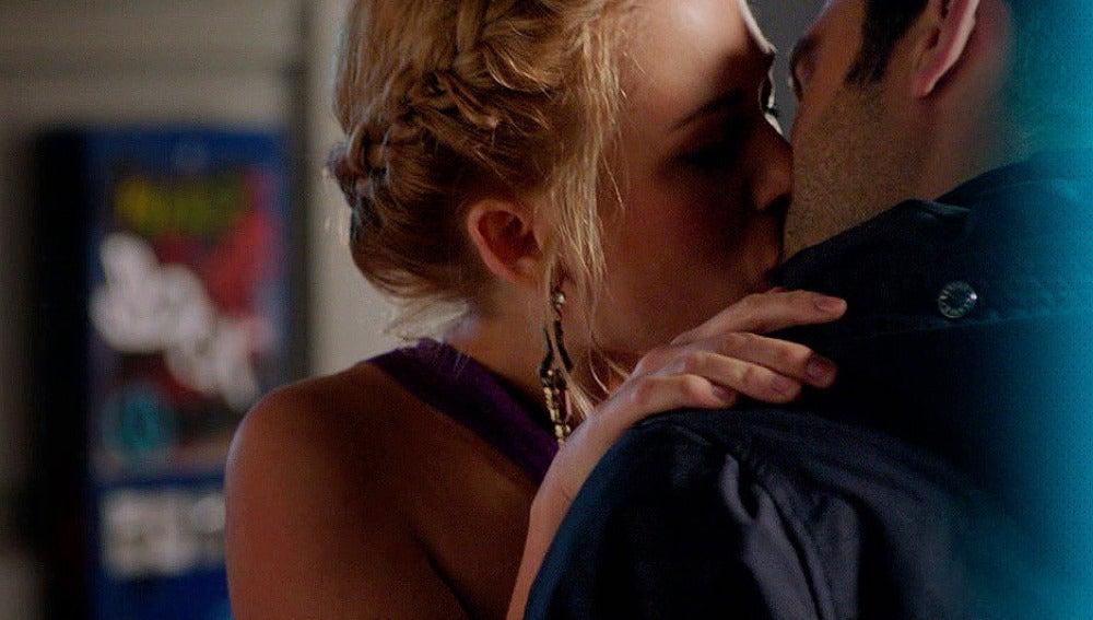 Beso entre Ulrike y Álex