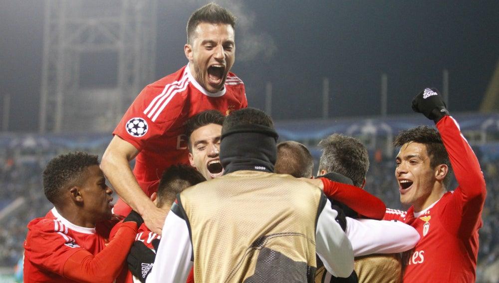 Los jugadores del Benfica celebran el pase a cuartos de final