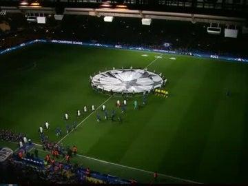 La espectacular presentación de los equipos en Stamford Bridge antes del Chelsea-PSG