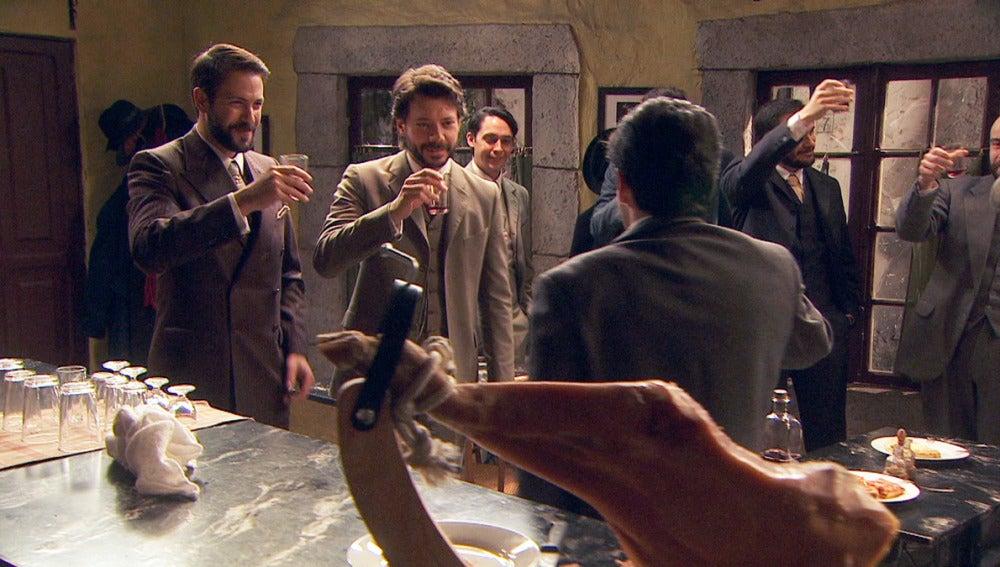 Severo y Lucas celebran su despedida de soltero brindis
