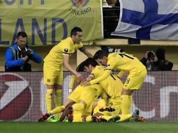 Los jugadores del Villarreal celebran el gol de Bakambu ante el Leverkusen