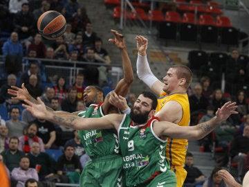 Bourosis, el MVP del partido, peleando por un rebote ante el Khimki