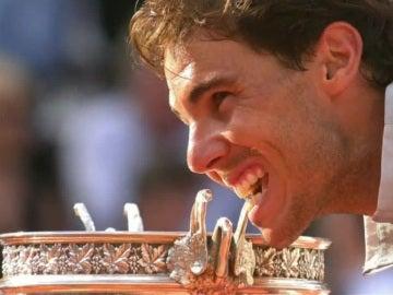 Rafa Nadal muerde uno de sus nueve Roland Garros