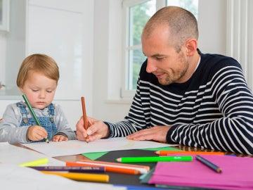 Adultos coloreando libros de bebés.