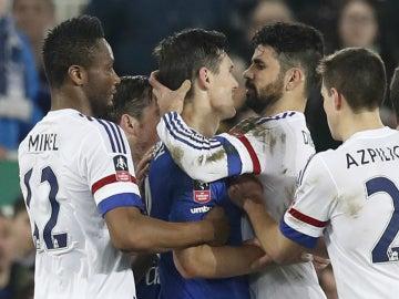 Diego Costa agarra a Barry de la cabeza