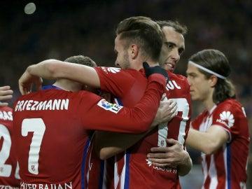 Saúl celebra con sus compañeros su gol ante el Deportivo