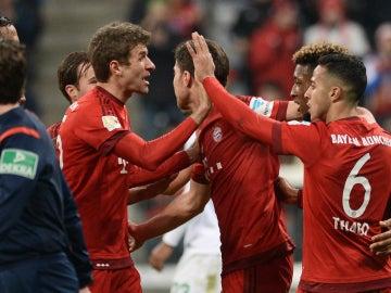 Los jugadores del Bayern celebran el gol de Thiago