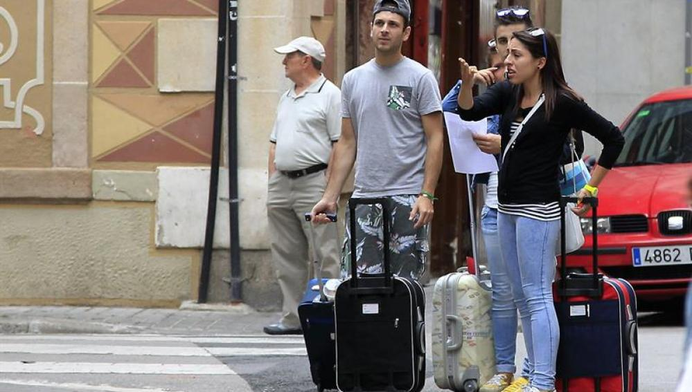 Turistas esperando con su equipaje