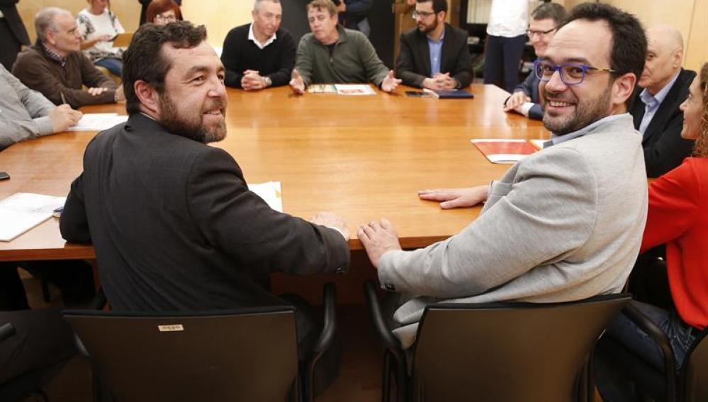 Antonio Hernando (d), Miguel Gutiérrez (i) y Baldoví (al fondo) en la reunión