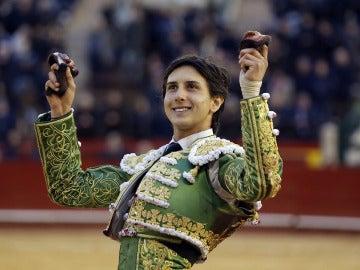 El torero peruano Andrés Roca Rey, con las dos orejas de su cuarto toro