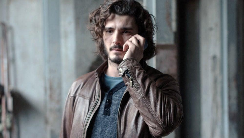 Víctor llama por teléfono