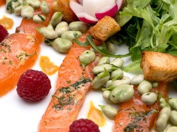 Ensalada de salmón, habas y rabanitos